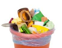 Bak volledig met huishoudelijk afval wordt op wit wordt geïsoleerd gevuld dat Stock Afbeelding