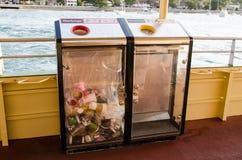 Bak voor Huisvuil in rood en recycling in geel op het achtergedeelte van de veerboot van Sydney royalty-vrije stock foto's