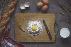Baka bröd som lagar mat arkivfoton