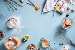Baka eller laga mat bakgrundsramen Ingredienser kökobjekt för att baka kakor Köksgeråd mjöl, ägg, mandel, kanel Arkivbild