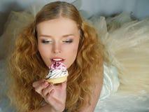 baka ihop äta den nätt flickaståenden Royaltyfri Bild