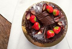 baka ihop chokladjordgubbar Arkivbild