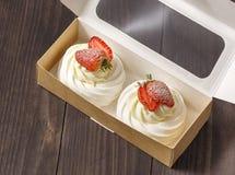 Baka ihop efterrätten med jordgubbar i en ask Royaltyfri Fotografi