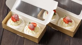 Baka ihop efterrätten med jordgubbar i en ask Arkivfoton