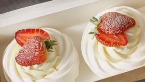 Baka ihop efterrätten med jordgubbar i en ask Arkivfoto