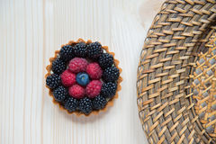 Baka ihop korgen med jordgubbar, björnbär och blåbär Cak Royaltyfri Fotografi