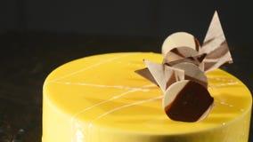Baka ihop med orange mousse och choklad i spegelglasyren Selektivt fokusera Royaltyfria Foton