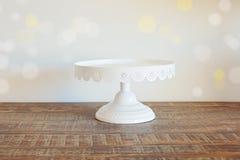 Baka ihop plattan på tappningträtabellen över bokehbakgrund Royaltyfri Fotografi