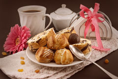 Baka ihop rulle och eclairen på plattan med kaffe på mörk bakgrund Royaltyfria Foton