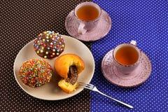 Baka med te och choklad på tabellen royaltyfria bilder