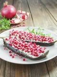 Bakad aubergine med ost, granatäpplet och spiskummin Royaltyfri Foto