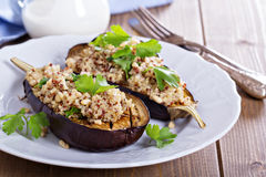 Bakad aubergine med quinoaen Arkivfoton