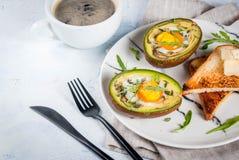 Bakad avokado med ägget Arkivfoton