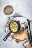 Bakad avokado med ägget Royaltyfria Bilder
