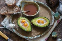 Bakad avokado med vaktelägg Fotografering för Bildbyråer