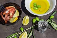 Bakad bläckfisk Citronskivor och oliv Royaltyfria Bilder