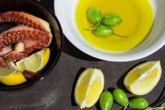 Bakad bläckfisk Citronskivor och oliv Fotografering för Bildbyråer