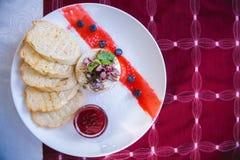 Bakad camembert med tranbärsås och rostat bröd royaltyfria bilder