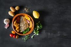 Bakad dorado med nya sallad och grönsaker Bästa sikt med kopieringsutrymme Royaltyfri Bild