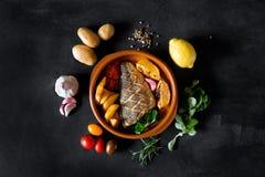 Bakad dorado med nya sallad och grönsaker på plattan Arkivbild