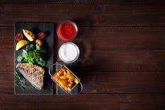 Bakad dorado med nya sallad och grönsaker Top beskådar Royaltyfria Foton