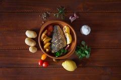 Bakad dorado med nya sallad och grönsaker Top beskådar Brun trätabell Arkivbild