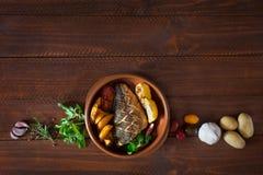 Bakad dorado med nya sallad och grönsaker Top beskådar Brun trätabell Royaltyfri Fotografi
