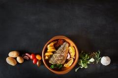 Bakad dorado med nya sallad och grönsaker Top beskådar Ingredienser är på tabellen Arkivfoto