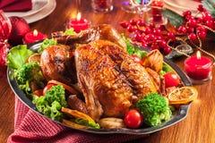 Bakad eller grillad hel höna på jultabellen fotografering för bildbyråer