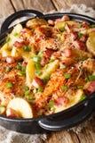 Bakad feg filé för huvudsaklig kurs med potatisar, bacon och ost arkivbilder