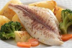 Bakad fisk med grönsaker Royaltyfri Foto