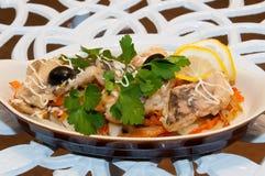 Bakad fisk med grönsaker i bakad form Royaltyfri Bild