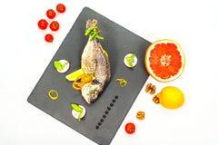 Bakad fisk med vin Arkivfoton