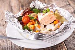 Bakad fisk och grönsak Royaltyfri Foto