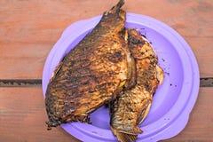 Bakad fisk på plattan Arkivbild