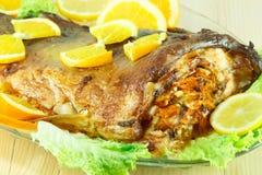 Bakad fisk som är välfylld med grönsaker Royaltyfri Fotografi