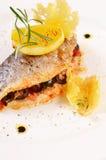 Bakad fisk som är välfylld med oliv Arkivfoton