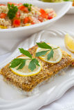 Bakad fiskfilé med couscoussallad Royaltyfri Bild