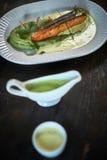 Bakad forell med sås och broccoli Royaltyfri Bild