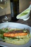 Bakad forell med sås och broccoli Royaltyfri Foto