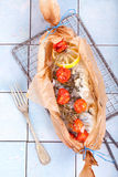 Bakad Gilthead fisk i stekhett papper Fotografering för Bildbyråer