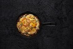 Bakad grönsaker och ost i den järn- stekpannan Royaltyfri Fotografi