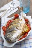 Bakad havsbream med grönsaker Arkivbild