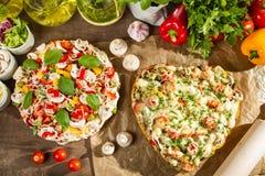 Bakad heart-shaped pizza Arkivfoto