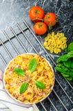 Bakad hemlagad pasta med purjolökar, bacon och kräm arkivbilder