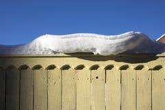 Bakad ihop snö på staketofOldhusen i forntida rysk stad av Kolomna, Moskvaregion, Ryssland, efter snöfall Vinter mulen da Royaltyfria Bilder