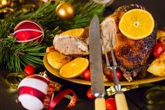 Bakad jul duckar tjänat som med potatisar, apelsinen och tomater Royaltyfri Fotografi