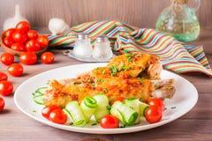 Bakad kalkonvinge, gurkaskivor och körsbärsröda tomater Royaltyfria Bilder