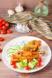 Bakad kalkonvinge, gurkaskivor och körsbärsröda tomater Royaltyfri Bild