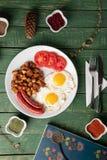 Bakad korv med ägg och potatisen arkivfoto